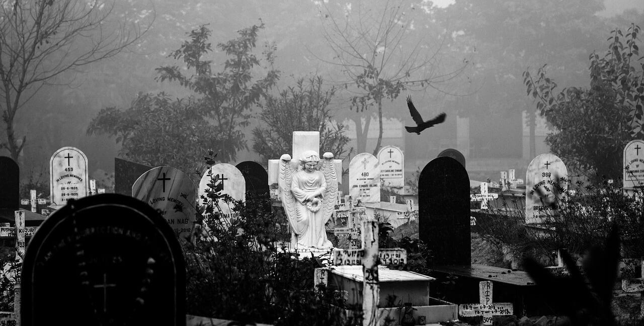 ludzie na cmentarzu